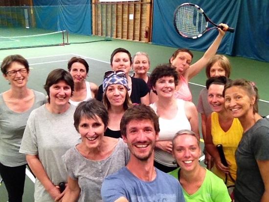 Maël Garnesson, Adriana Veltcheva et leur groupe Sport santé lors d'un cours de tennis au MSATC